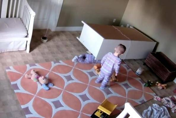 L'armadio cade su un bimbo: ecco cosa fa il gemellino – VIDEO