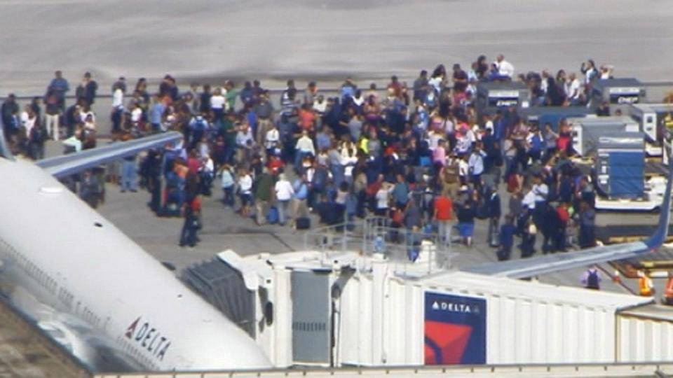 """Florida, terrore in aeroporto: """"Scappano tutti"""" -VIDEO"""