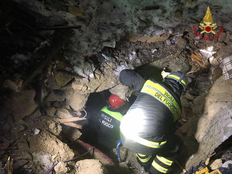 I soccorritori entrano in una stanza del Rigopiano e restano scioccati