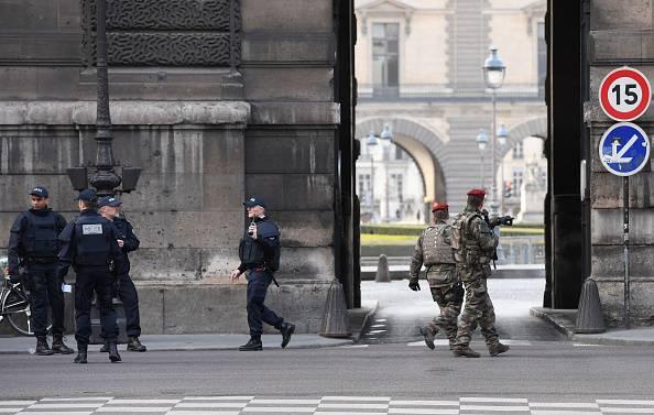Soldato grida e spara al Louvre: 'Allah Akhbar'