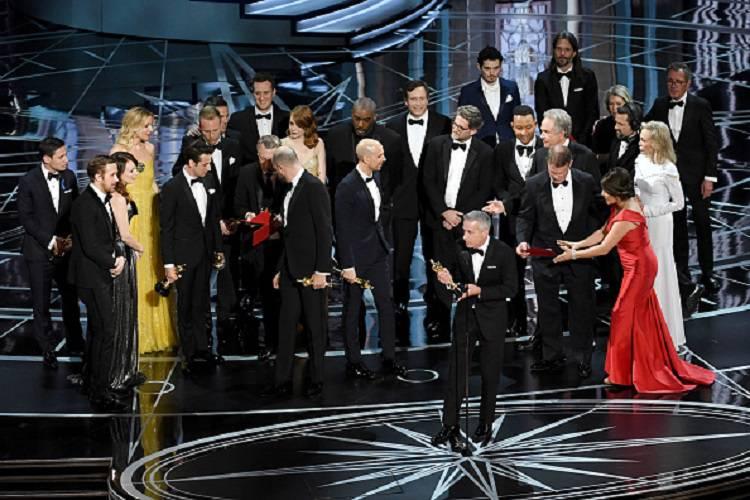 Notte degli Oscar: ecco chi ha scambiato le buste – FOTO/VIDEO