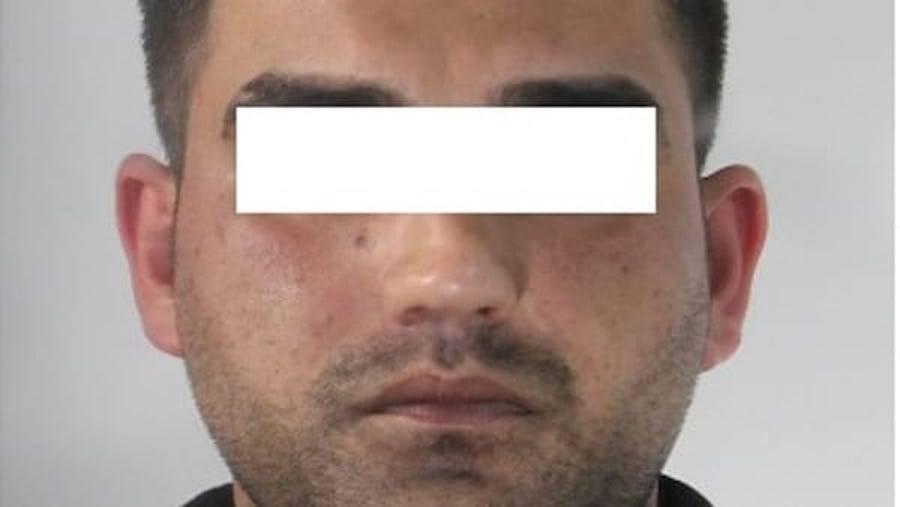 Due pachistani spingono un giovane italiano in un vicolo: ciò che gli fanno è orribile