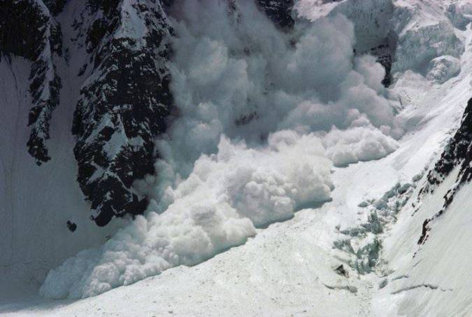 La valanga travolge gli sciatori: ci sono molti morti