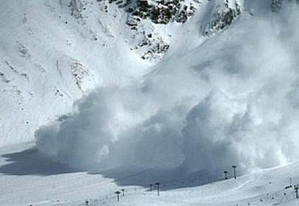 Slavina sulle Alpi Giulie travolge scialpinisti: due estratti, uno grave