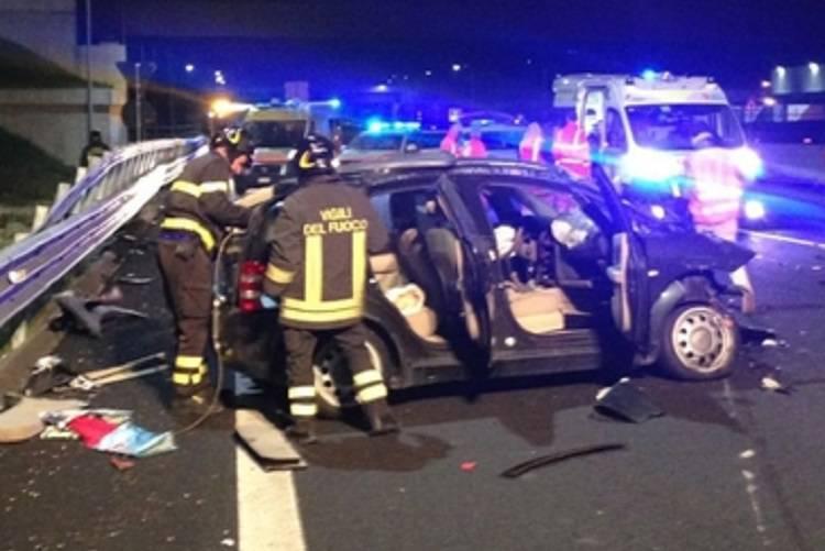 Esce dall'auto dopo l'incidente: viene travolta e uccisa