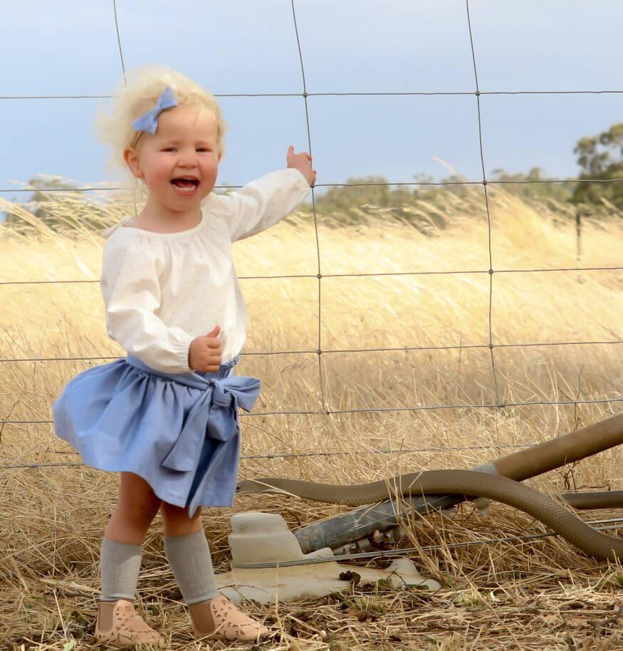 Scatta una foto alla figlia di 2 anni, solo dopo si accorge del serpente