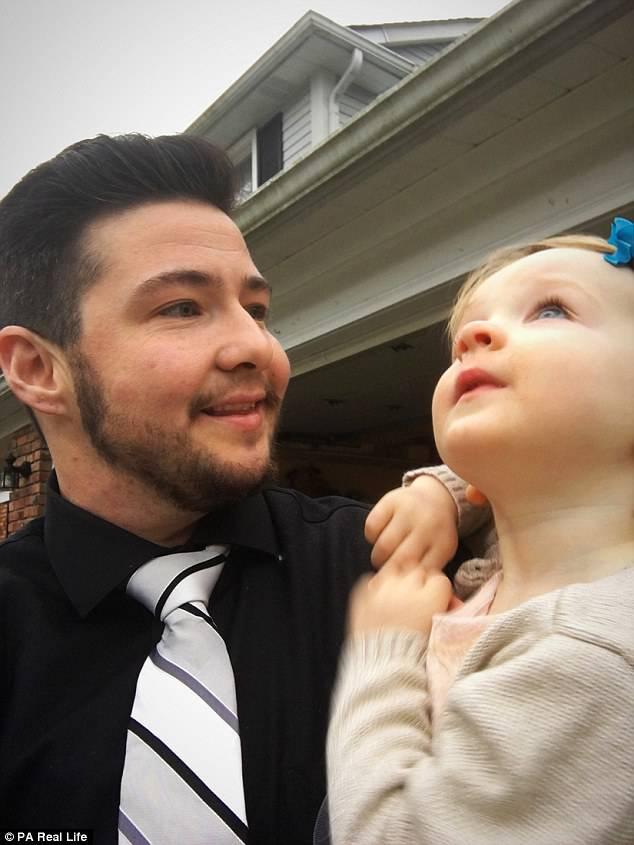 Uomo partorisce sua figlia