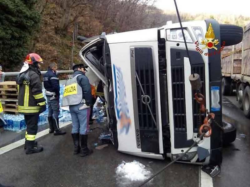 Tir impazzito travolge operai sull'A10: morti e feriti