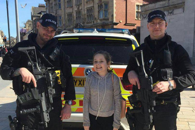 """La bambina ai poliziotti: """"Posso fare una foto con voi?"""", e lo scatto è virale"""