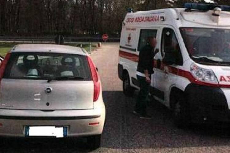 Bloccano un'ambulanza in contromano e pubblicano il video online: denunciati