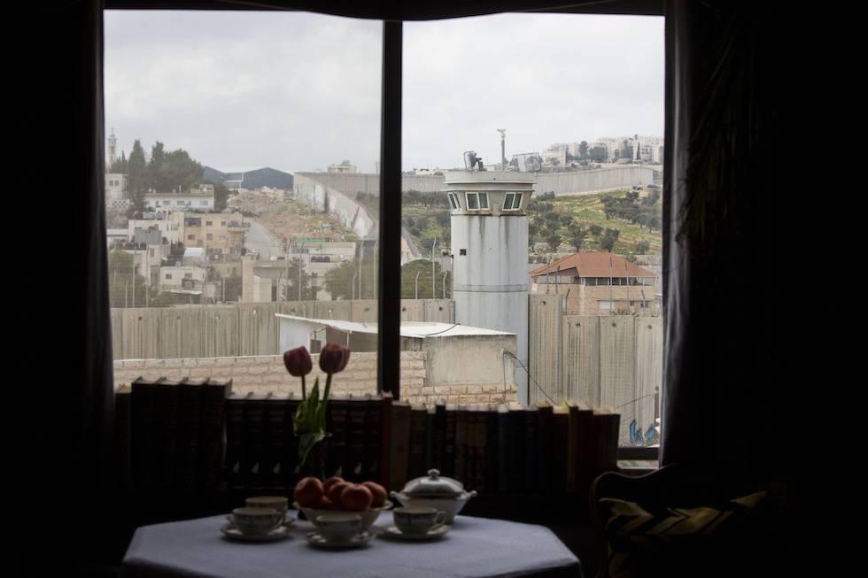 """Banksy, benvenuti all'albergo con """"la vista peggiore del mondo"""""""