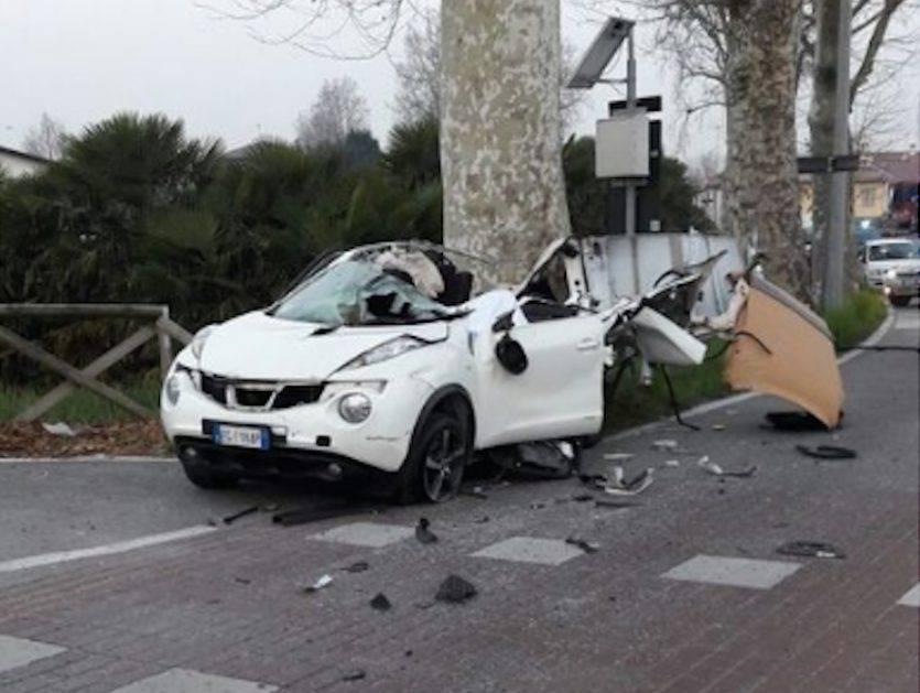 Incidente a Padova: gru del camion nettezza urbana urta un'auto, un morto