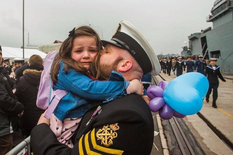Il commovente abbraccio tra una bambina e il padre marinaio – PHOTOGALLERY