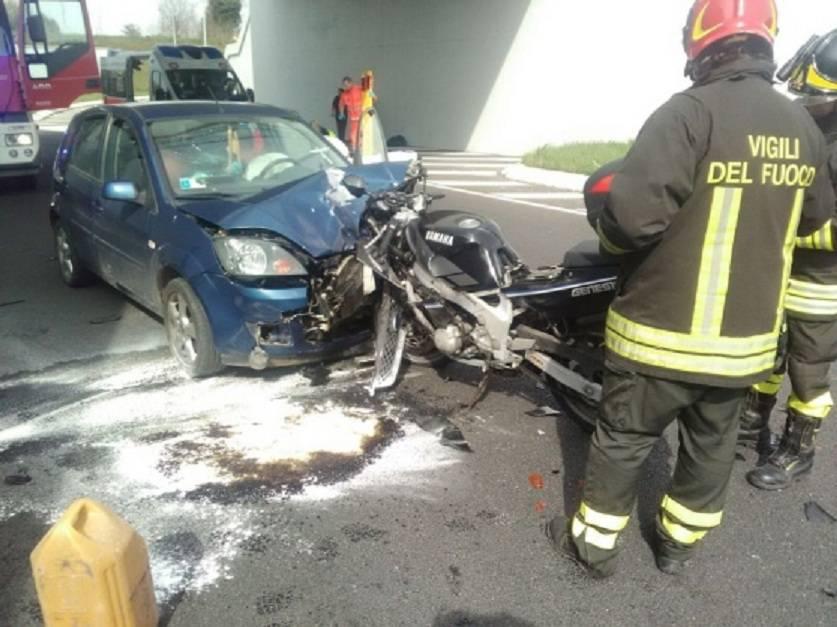 Spaventoso incidente ad Udine, moto centra in pieno un'auto