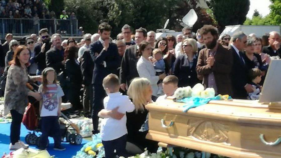 Michele Scarponi, in migliaia al funerale – VIDEO