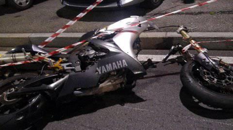 Moto con due persone a bordo centra un pedone: tre morti