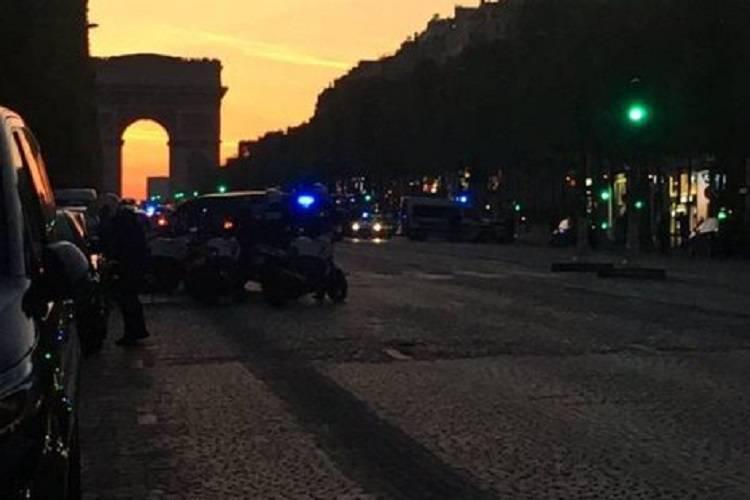 Parigi, spari contro la polizia: torna l'incubo terrorismo – FOTO