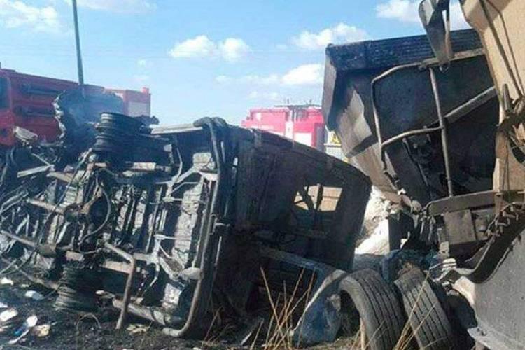 Scuolabus contro un camion: è strage di bambini – FOTO
