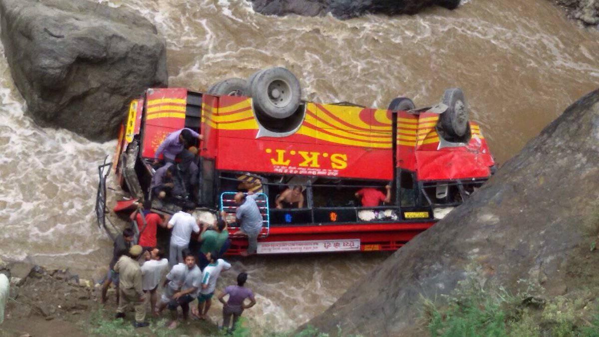 Bus di linea finisce in un fiume: almeno 45 morti – VIDEO