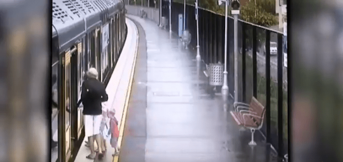 Nonni salgono sul treno col bimbo, ma una distrazione è quasi fatale VIDEO