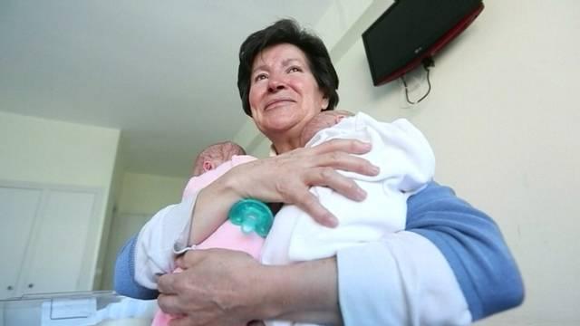 Tolti alla mamma 64enne due gemelli