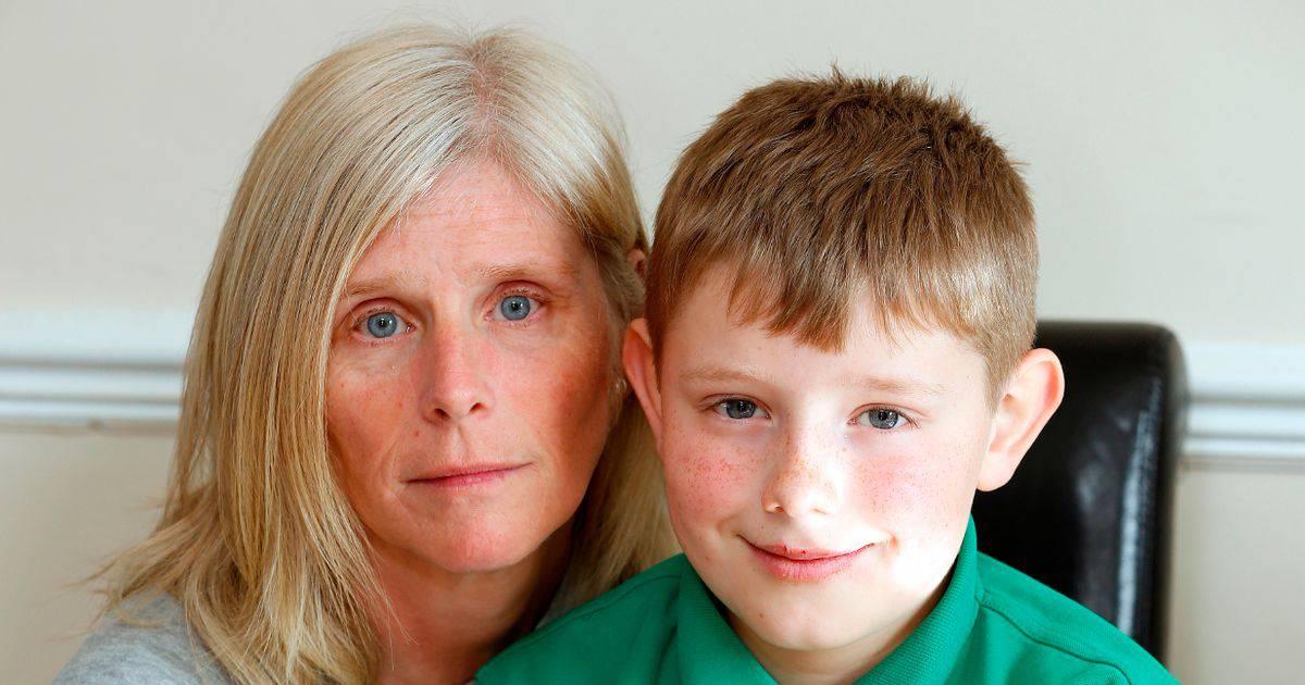 Allertano la polizia e lo cercano ovunque il figlio sotto il letto foto - Lo trovi sotto il letto ...