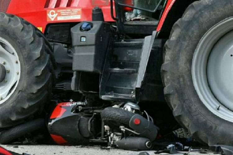 Torna dal lavoro: la sua moto finisce sotto un trattore