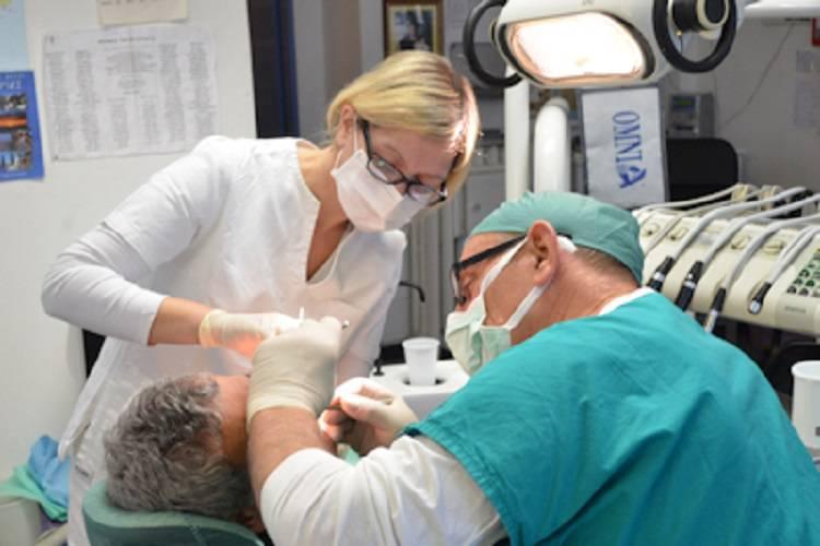 Nicolas, il 'dentista sociale' che cura anche chi non può permetterselo