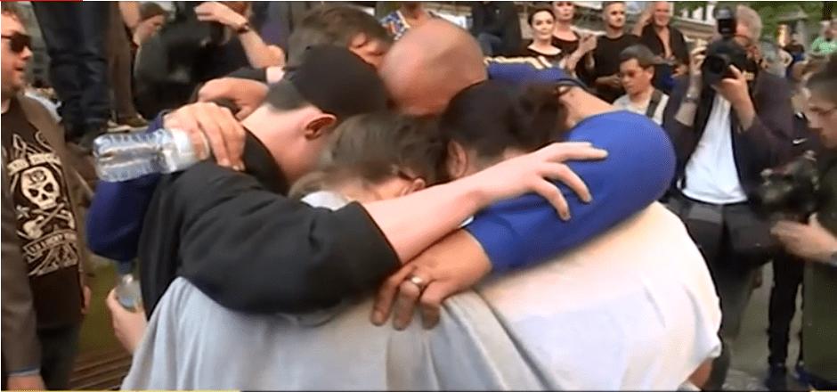 Manchester, rabbia e commozione alla veglia per le vittime – VIDEO