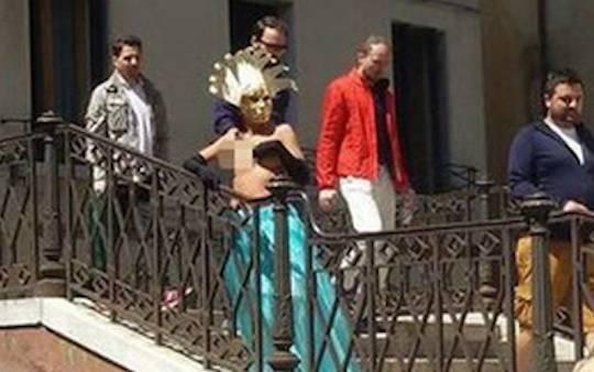 Nuda in giro per Venezia: scoppia il caos