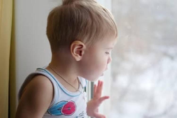 Si sporge troppo dalla finestra: bimbo precipita nel vuoto