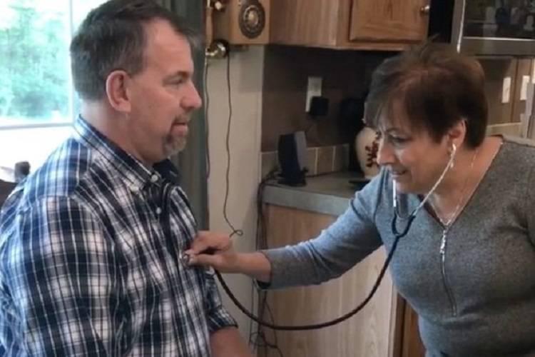 Ascolta il cuore di suo figlio nel petto di un uomo e piange – VIDEO
