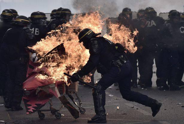 Parigi, scontri in cortei contro Marine Le Pen: feriti dei poliziotti