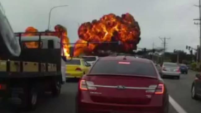 Aereo precipita in autostrada generando il terrore degli automobilisti-Video