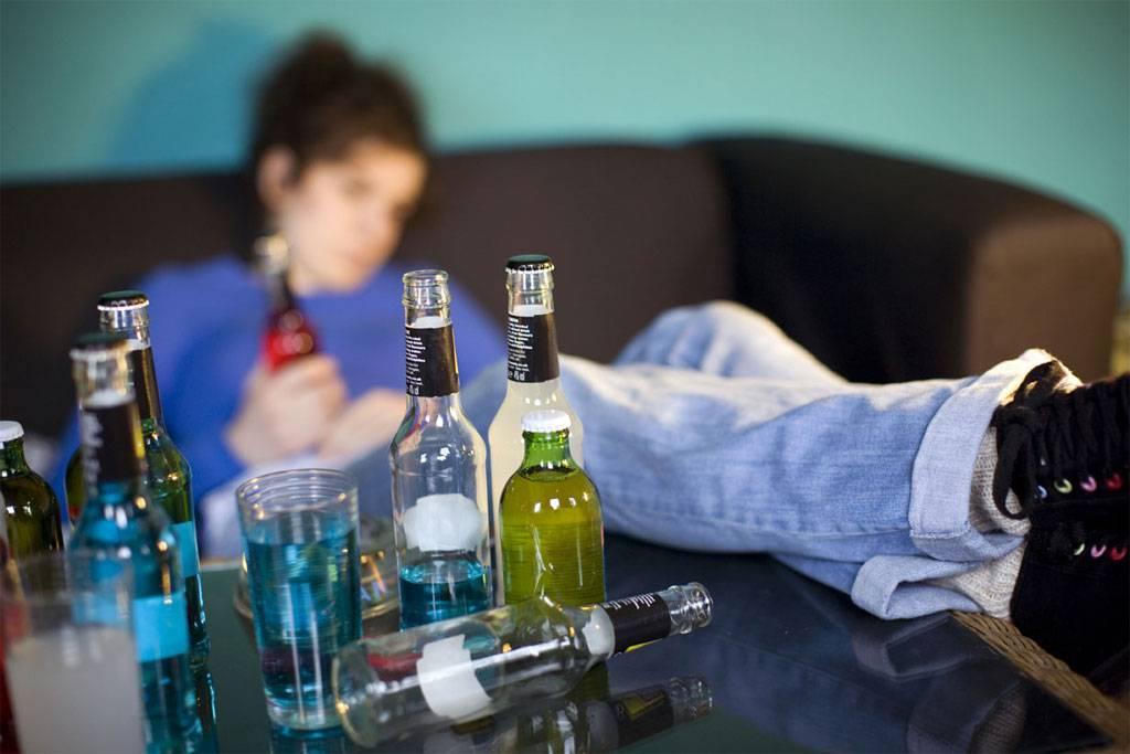 Le storie di 4 donne che hanno avuto genitori alcolisti