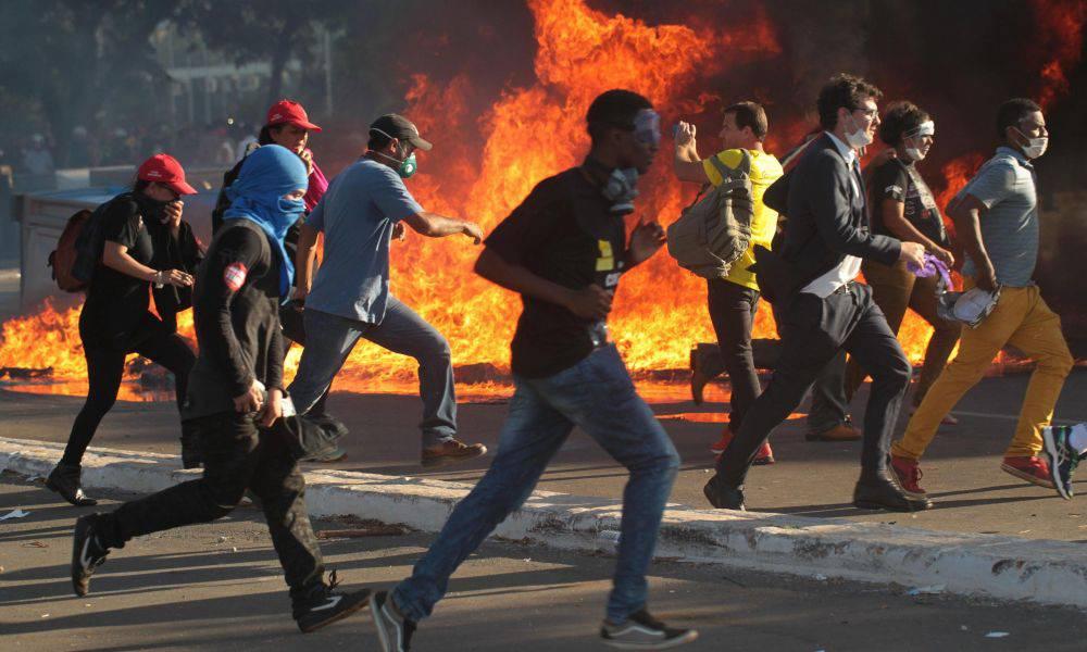 Brasile, folla assalta ed incendia i palazzi ministeriali