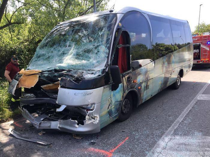 Bus contro camion, studenti feriti: andavano al funerale della 16enne