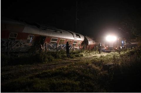 Treno con 100 passeggeri colpisce una casa