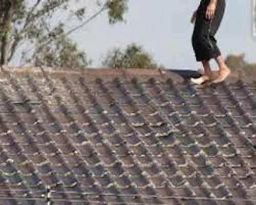 Blue Whale: tenta di salire sul tetto, 11enne voleva uccidersi