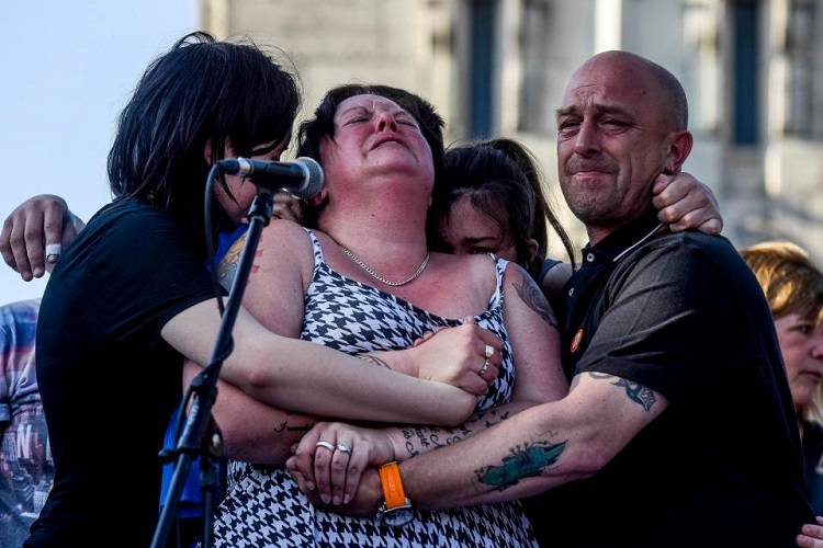 Manchester: la disperazione della madre di Olivia – FOTO/VIDEO