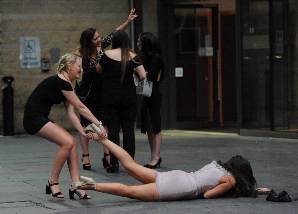 Newcastle, invasione 'alcolica' mentre i poliziotti pattugliano la città – VIDEO