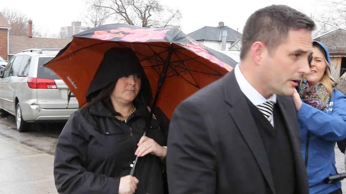 Fa sesso con tre alunni minorenni, arrestata professoressa