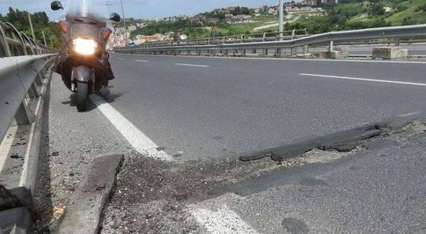 La strada è un colabrodo, rischio di gravi incidenti