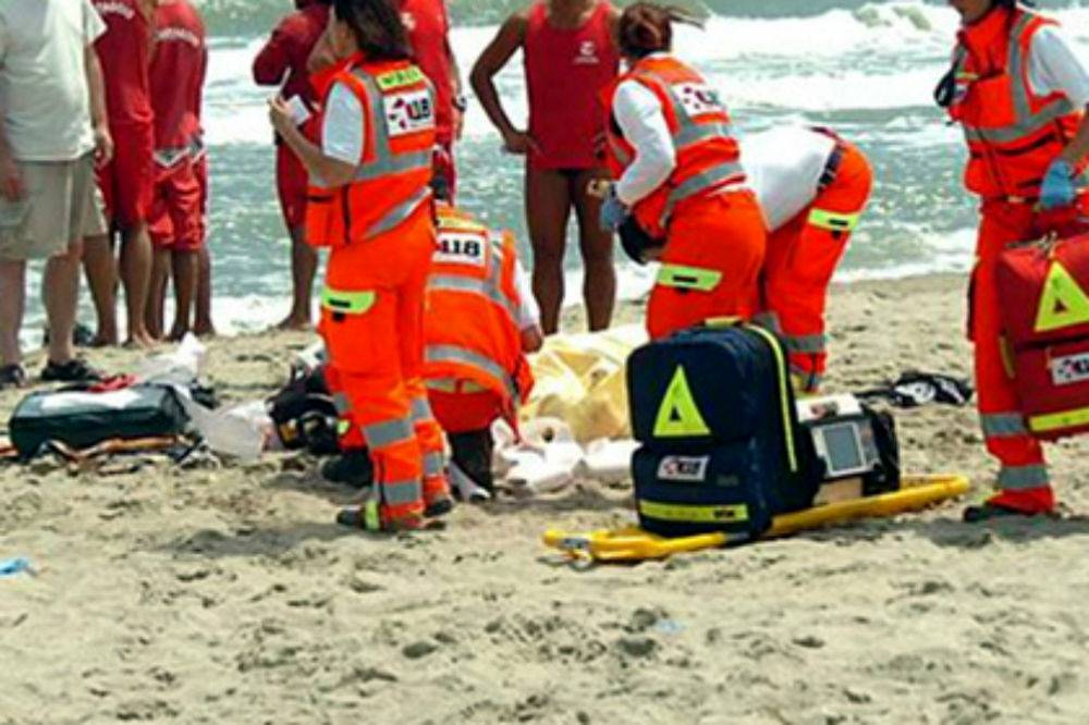 Giocava con il figlio in mare: muore annegato papà 44enne