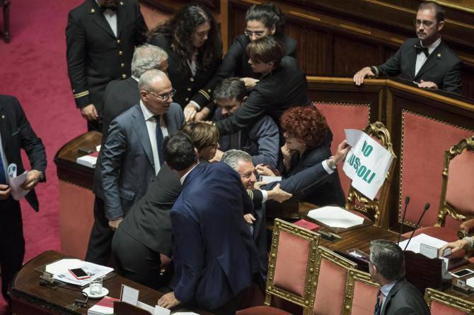 Ius soli, bagarre al Senato: ministro Fedeli in infermeria
