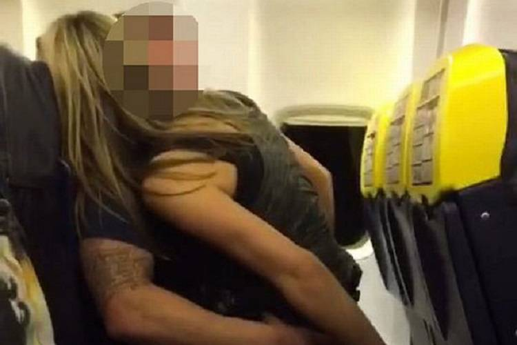 Scandalo sesso volo Ryanair, il video piccante della coppia finisce in rete
