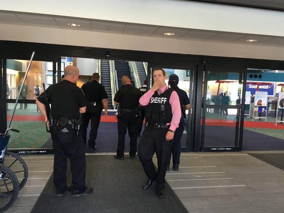 Paura in aeroporto: un poliziotto accoltellato al collo