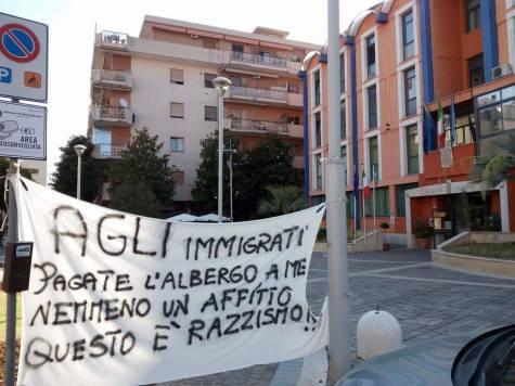 """Quegli striscioni contro i migranti affissi da una mamma """"disperata"""""""
