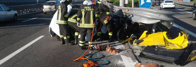Auto urta guardrail in tangenziale, morto un ragazzo