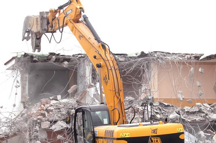 Campolongo, colto da infarto durante la demolizione della casa abusiva